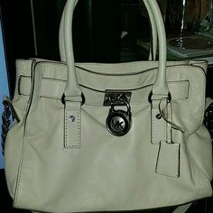 Cream color micheal kors reposh looking to  trade Used micheal kors has some rubs from jeans no holes or damages I can take more photos of bag if intrested  does have key and lock no dust cover. Trave value $300 let me know if your intrested in a trade for another mk Michael Kors Bags Satchels