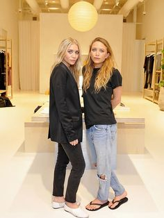 Mary-Kate and Ashley Olsen looked laid-back cool at the Elizabeth and James store opening with wavy hair and jeans. Ashley dressed u. Mary Kate Ashley, Mary Kate Olsen, Ashley Olsen Style, Olsen Twins Style, Olsen Fashion, Olsen Sister, Estilo Rock, Next Fashion, Fall Fashion