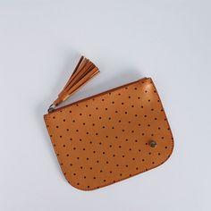 AC 0390 - mini necessaire chapadinha em atanado soft com estampa de poá. possui fechamento de zíper e barbicacho no puxador. alt: 12cm. larg: 16cm.