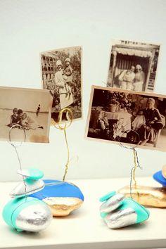 Portafotos DIY con piedras · Photo&card holders DIY - Vintage & Chic. Pequeñas historias de decoración · Vintage & Chic. Pequeñas historias de decoración · Blog decoración. Vintage. DIY. Ideas para decorar tu casa