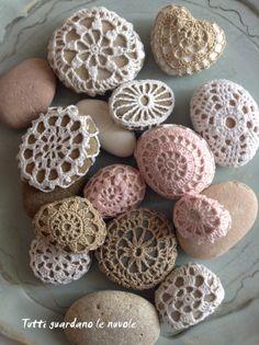 Tutti guardano le nuvole - Crochet Stones