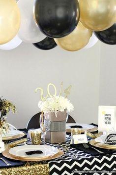 La table se pare de ses habits de fête noirs et dorés