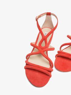 SANDALIA PIEL TUBULAR CORAL de MUJER - Zapatos - Sandalias planas de Massimo Dutti de Primavera Verano 2017 por 59.95. ¡Elegancia natural!