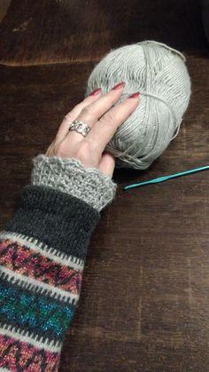 Mouw te kort? Haak een boordje met geschulpte rand, naai het in de mouw als een fake dubbele sweater look. Refashioned Clothes, Fingerless Gloves, Arm Warmers, Crochet, Sleeves, How To Make, Fingerless Mitts, Refashioned Clothing
