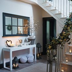 weiße deko ideen winter weihnachten flur kerzen treppe