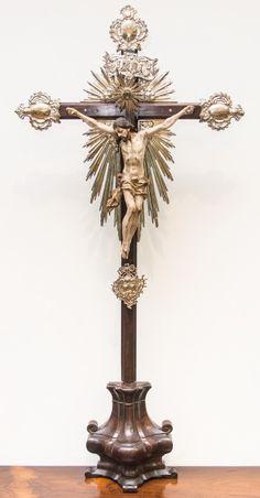 Excepcional Imagem de Cristo Crucificado, Nosso Senhor do Bonfim, madeira policromada, cruz de jacarandá, resplendores e dísticos em prata. Bahia, século XIX. Alt. 120cm. Vendido. 12.000,00.
