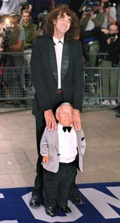 """There was a man inside suit. It was Kenny Baker, shown here with Chewbacca actor Peter Mayhew at the premier of """"Star Wars: Episode 1 -- The Phantom Menace"""" at London's Leicester square on July Photo: MIKE SIMMONDS/etty Images, AFP/Getty Images / SL Kenny Baker R2d2, Star Wars Art, Star Trek, Regalos Star Wars, Peter Mayhew, Mejores Series Tv, The Phantom Menace, Mark Hamill, Carrie Fisher"""