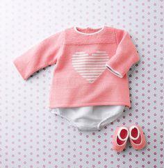 Gebreide baby trui met een hartje erop.