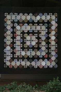 9-patch: change of color of alternate plain block makes the quilt look like a medallion.