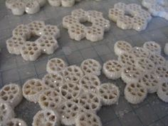 macaroni snow flakes- brilliant kid craft idea!~ or you & the kids could make edible ones with Honey Comb Cereal and powered sugar in zip lock bag and shake and frost them together with a piping bag.