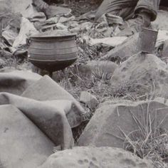 Twee soldaten onder een ossenvel bij Ladysmith, Jan van Hoepen, 1899 - 1900 - Boere-Collected Works of LeoneG - All Rijksstudio's - Rijksstudio - Rijksmuseum Armed Conflict, War, Soldiers