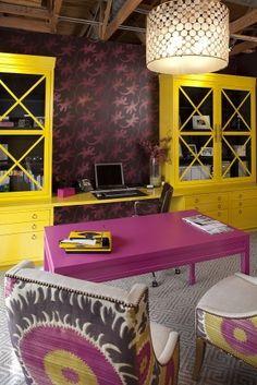 Escritório amarelo e roxo.