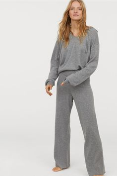 Wide trousers in soft cashmere with an elasticated waist and straight, wide legs. Boho Outfits, Casual Outfits, Fashion Outfits, Cashmere Pants, Trendy Hoodies, Loungewear Outfits, Sweatpants Outfit, Jogger, Grey Fashion