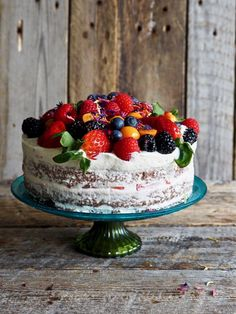 Sjokoladekake med ostekremglasur og bær  #kake #sjokolade #sjokoladekake #chocolate #chocolatecake #creamcheesefrosting  #berries #bær #festkake #bursdagskake #celebrationcakes Recipe Boards, No Bake Desserts, Let Them Eat Cake, No Bake Cake, Food And Drink, Sweets, Cookies, Baking, Recipes