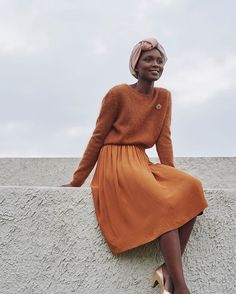 Love this burnt orange color and the headwrap!@ #despetiptshauts #french #fashion