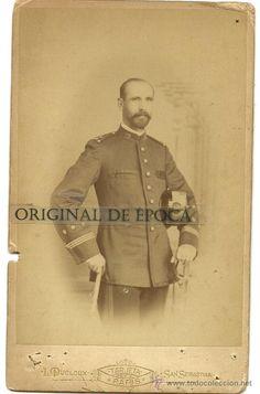 Capitán del Regimiento Nº 23. Fotografiado en estudio Dudoux, (C/Urbieta, Nº 16) a finales del XIX o principios del XX.
