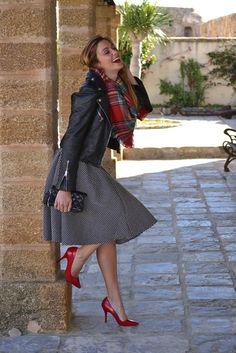 Chaqueta de cuero: Zara. Camiseta rayas : Massimo Dutti.  midi Falda: SuiteBlanco. Bolso: Purificación García. Zapatos de salón: Bershka.