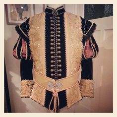Black - gold doublet, replica with partly use of antique metal fabrics. Costume maker : Angela Mombers