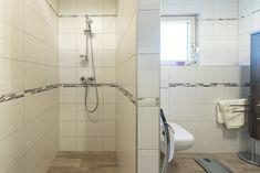 Ein Badezimmer mit viel Raum und ebenerdiger Dusche im HARTL HAUS Kundenhaus. Alcove, Bathtub, Bathroom, Walk In Tub Shower, Full Bath, Bathing, Standing Bath, Washroom, Bathtubs