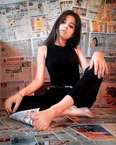 Have a newspaper background for shoot to have a amazing photos Photography Series, Portrait Photography Poses, Couple Photography Poses, Pic Pose, Picture Poses, Newspaper Background, Creative Photoshoot Ideas, Teenage Girl Photography, Girl Photo Poses