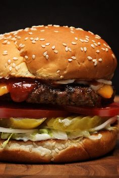 How to Make a Burger King-Style Whopper Fit for The King - Burger King - Food Burger Menu, Gourmet Burgers, Beef Burgers, Good Burger, Burger Recipes, Copycat Recipes, Meat Recipes, Scotcheroos Recipe, Burger King Whopper