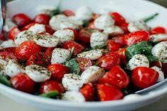 Η θαυματουργή προσευχή για το ξεμάτιασμα! - Περίεργα-Funny - Athens magazine Tomato Salad Recipes, Healthy Soup Recipes, New Recipes, Ensalada Caprese, Caprese Salad, Caprese Pasta, Eating Raw, Healthy Eating, Stay Healthy