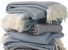Plaid Samba lead grey. Prachtige plaid in een mooie tint die tussen blauw en grijs in hangt. Verkrijgbaar bij www.plaidsendekens.nl