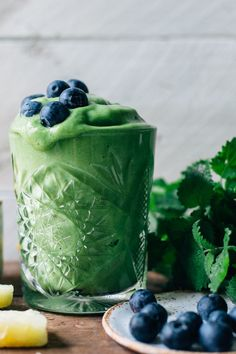 Smoothie Sundays: Tropical Greens Smoothie w/ Lemon Balm & Mint Green Juice Recipes, Green Smoothie Recipes, Smoothie Drinks, Smoothie Bowl, Lemon Balm Recipes, Detox Drinks, Smoothie Powder, Lemon Smoothie, Power Smoothie