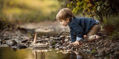 Küçük Gemiler Mutluluk Getirir Bazen Tam ortasındayken kayıpların ellerim yalnızlığın o çorak topraklarını avuç avuç gökyüzüne savururken. Payıma düşeni yaşamaya razı olmuşken, tutamıyorum içimdekileri işte. Nasıl görünüyorum sence.   Biliyor musun hiç umurumda değil . Her yerde ağlayabilirim....