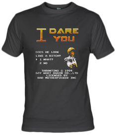 Camiseta I Dare You (Te reto), por Karlangas. Parodiando la escena de Pulp fiction en 8 bits.