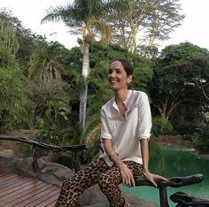 ¡Buenos días! Volviendo a mis días en Kenia, hoy quiero enseñaros unas fotos hechas en el jardín y la piscina del rancho Ol Jogi. Llevo puesto: pantalones de verano de Zara, camisa de la colección de invierno de Eustyle, pendientes de Aristocrazy, botas de Timberland, chal de Eustyle - que es una
