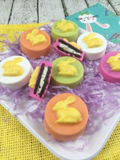 Looking for a fun Easter treat to offer up for the kids? This one might look like it's a bit of work, but in the end it's really all about melting some colored chocolate. This recipe will make 1 dozen (Easter Baking For Kids) Oreo Treats, No Bake Treats, Oreo Cookies, Yummy Treats, Easter Food, Easter Treats, Easter Dinner Recipes, Chocolate Dipped Strawberries, Baking With Kids