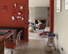 Peinture rouge et gris dans salon : Pour rehausser le gris de la peinture du salon et de la salle à manger, la cloison murale est peinte en ...