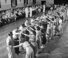 La demencia en el psiquiátrico de Worcester. Los pacientes bailan en un gran salón del hospital. Llama la atención el clima de normalidad que se respira en esta curiosa fotografía de Herbert Gehr.