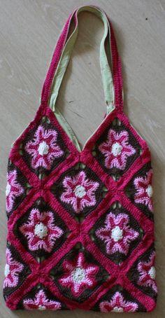 Tasje gemaakt door Joke, kan ook gedragen worden als shirt......alleen even de bodem open knippen..............;o)