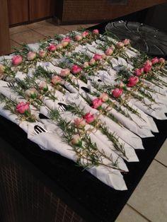 MAG FESTEIRA : Festa Rosas , talheres . Rosas com alecrim para enfeitar o guardanapo com talheres.