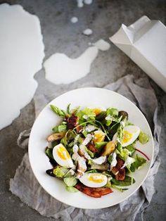 Parsa-pekonisalaatti ja piimäkastike | Salaatit | HS