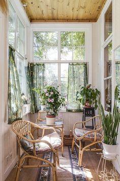 33 fun and cozy sunroom decor ideas for small spaces 8 Small Sunroom, Sunroom Decorating, Sunroom Ideas, Interior And Exterior, Interior Design, Style Deco, Home And Living, Decoration, Small Spaces
