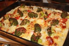 Chicken in the oven with cheese heavy cream onionpotatoesgarlicpepper and Broccoli Feta Salat, Meal Prep Bowls, Food Inspiration, Broccoli, Chicken Recipes, Good Food, Food Porn, Food And Drink, Stuffed Peppers