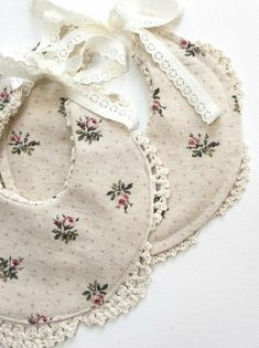 Handmade Linen & Lace Bib Nine Toes & Co on Etsy Baby Bibs Patterns, Sewing Patterns, Baby Sewing Projects, Sewing Crafts, Handgemachtes Baby, Diy Bebe, Etsy Handmade, Handmade Baby Gifts, Boho Baby