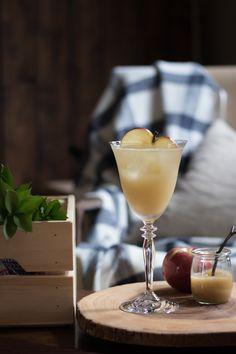 Mcintosh Spritzer - Un cocktail à base de pommes du Québec par 1 ou 2 cocktails. Cocktails, Alcoholic Drinks, White Wine, Martini, Tableware, Glass, Food, Pork Medallions, Homemade Applesauce