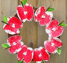 This Red Delicious DIY Apple Print Wreath is a terrific easy paper craft to do with your kids! Fall Paper Crafts, Autumn Crafts, Wreath Crafts, Wreath Ideas, Paper Crafting, Fall Preschool, Preschool Crafts, Diy Crafts For Kids, Craft Ideas