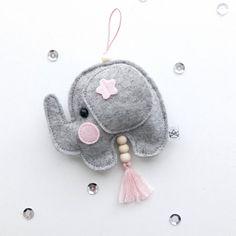 Hanger Olifant grijs roze Vilten hanger olifantje in grijs met roze details. Een leuke decoratie voor aan een kast of deurklink in een kinderkamer. De olifant hanger is ongeveer 10 cm breed en 14 cm hoog. Baby Toys, Dream Catcher, Baby Gifts, Garland, Pillows, Christmas Ornaments, Holiday Decor, Kids, Crafts