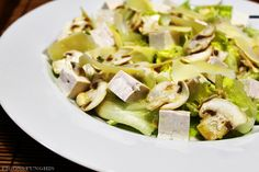 Salada com tofu, cogumelo e parmesão