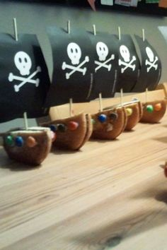 Piratenboot van eierkoek en smarties/m&m's
