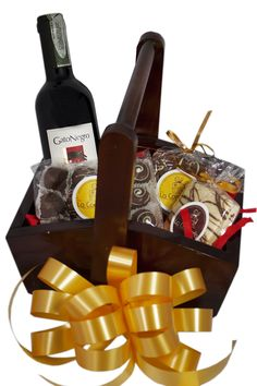 Un regalo que se pueda ajustar a cualquier publico es uno que no se comprometa pero que si cautive, desde unos tradicionales chocolates, trufas, alfajores, un vino tinto, un moño y un empaque de lujo. Un regalo tradicional nada invasivo y muy apetecido. Chocolates, Wine Rack, Picnic, Basket, Decor, Gourmet, Goodies, Gifts For Boss, Wine