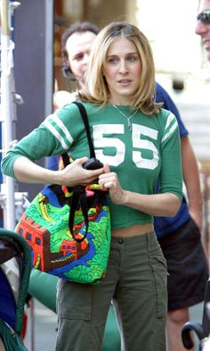 "Carrie Bradshaw season 6, episode 79 ""Lights, Camera, Relationship"": green baseball T-shirt; cropped cargo pants; red pointed-toe heels; printed tote."