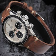 Rolex Daytona x brown strap - what can you say about this timepiece? #rolex #daytone #timepiece #watch #mensaccessories #mensluxury #dappermen #horology