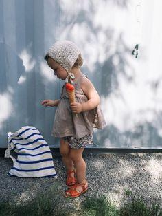 Notre petite Blanche est fin prête pour l'été, avec ses sandalettes couleur pêche assorties à son sorbet.