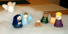 This is a guide about making a clay pot Nativity. Clay pots can be decorated and painted to make a homemade Nativity scene.